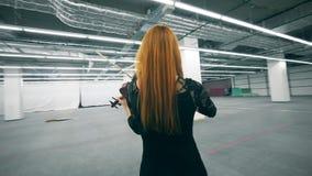 De professionele viool van musicusspelen, die zich alleen in een ruimte bevinden stock video