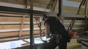 De professionele vrouw steeplejack treft om aan het dak te werken voorbereidingen stock footage