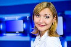 De programmacoördinatrice van de televisie bij de studio van TV Stock Fotografie