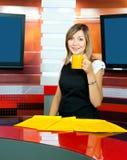 De programmacoördinatrice van de televisie heeft koffiepauze royalty-vrije stock afbeelding