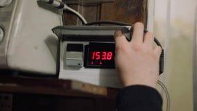 De programmering van de oventemperatuur door controlemechanismeknopen op paneel met LEIDENE aanwijzing stock footage
