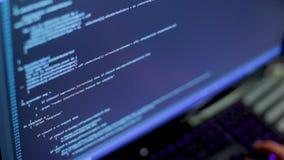 De programmeur controleert de programmacode stock footage