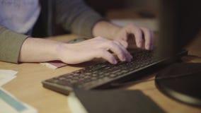 De programmeur creeert een toepassing stock videobeelden