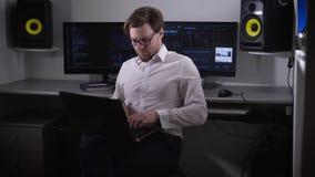 De programmeur treft voor opstelling van het materiaal in de computerzaal voorbereidingen De persoon bij bystry snelheid gaat bin stock videobeelden
