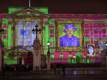 De projectie van het Buckingham Palace van het portret van de Koningin Stock Foto