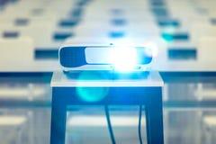 De projector wordt geactiveerd de conferentieruimte stock afbeelding