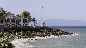 De promenade en het rotsachtige strand van Puerto Vallarta, Mexico stock afbeelding