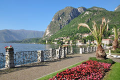 De promenade in Menaggio, Meer Como, Bezoeker ziet Royalty-vrije Stock Foto
