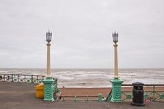 De promenade van Brighton met lantaarnpaal in regenachtige dag Royalty-vrije Stock Fotografie