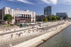 De promenade van de waterkant in Keulen, Duitsland Stock Foto's
