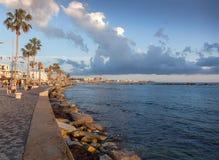 De promenade van Paphos op het Eiland Cyprus bij zonsondergang, pop stock fotografie