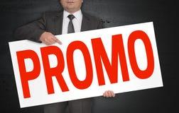 De Promoaffiche wordt gehouden door zakenman stock foto
