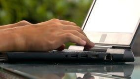 De pronadruk van de programmaontwikkelaar op moeilijke codes stock video