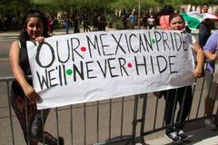 De protesteerders bij de eerste Presidentiële campagne van Donald Trump verzamelen in Phoenix stock fotografie