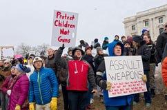 De protesteerders houden Tekens aangezien de Studenten bij Verzameling aankomen Royalty-vrije Stock Fotografie