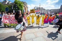 De protesteerders nemen aan de straten van Londen om het Bezoek van Donald Trump te protesteren stock afbeeldingen