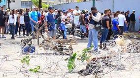 De protesteerders sloten een weg in Caracas in een protest tegen Nicolas Maduro op internationale werkdag in Caracas, Venezuela stock footage