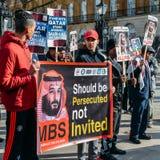 De protesteerders verzamelen zich buiten Downing Street in centraal Londen aan stemverzet tegen het bezoek van de Saoedi-arabisch stock foto's