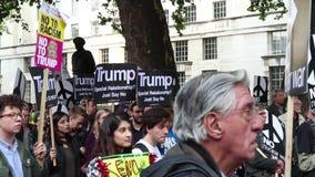 De protesteerders verzamelen zich in Londen voor een antikernoorlogprotest stock footage