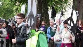De protesteerders verzamelen zich in Londen voor een antikernoorlogprotest stock videobeelden