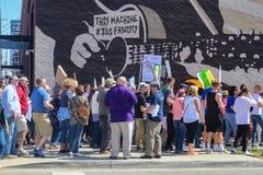 De Protestorsgang voorbij Houten Guthrie-muurschildering die Deze Machine zegt doodt Fascisten n Tulsa Oklahom de V.S. 3 24 2018 Royalty-vrije Stock Fotografie