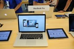 De provertoning van Macbook in de opslag van de Appel stock fotografie