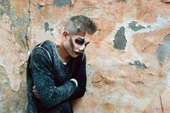 De psychologie en de depressie, een mensenpsychopaat bevinden zich door de muur stock foto