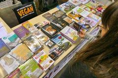 De publicaties op veganist als thema hebben bij productenmarkt waar de landbouwers en de bedrijven hun producten aan consumenten  royalty-vrije stock foto