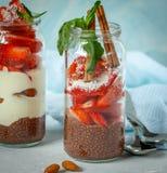 De pudding van chocoladechia met yoghurt en aardbeien Royalty-vrije Stock Afbeeldingen