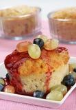 De pudding van de cake met druiven Stock Afbeeldingen
