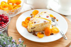 De pudding van de gestremde melk met droge abrikoos en rozijnen Stock Foto