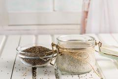 De pudding van het Chiazaad in glaskruik Superfoodsconcept met exemplaarkuuroord stock fotografie