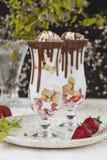 De pudding van het Chiazaad met aardbei en koekjes in een glas stock foto