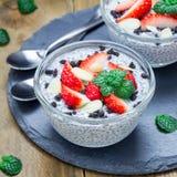 De pudding van het Chiazaad met aardbeien, amandel en chocoladekoekjescrumbs, op leiraad, regelt formaat Royalty-vrije Stock Fotografie