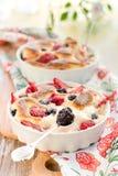 De pudding van het fruit (clafoutis) met bes stock foto