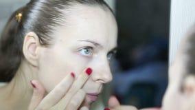 De pukkels van de vrouwensamendrukking bij zijn gezicht het kijken stock footage