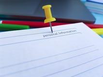 De punaise de bloc-notes de bureau de bureau main d'affaires de bloc-notes de papier de couleur de rappel catégoriquement Image libre de droits