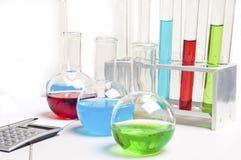 De punten van het laboratorium - reageerbuizen en flessen Stock Foto's