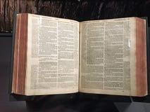 De Puriteinse Bijbel van Genève Populair met de Puriteinen en de Pelgrims Stock Foto's