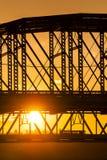 De purpere Mensen overbruggen en van Taylor Southgate Bridge - van Ohio Rivier Royalty-vrije Stock Afbeelding