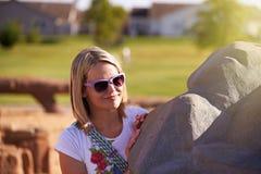 De Purpere Zonnebril van de blondevrouw achter Kei Royalty-vrije Stock Foto's
