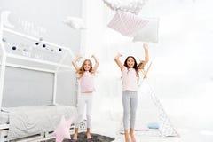 De pyjamapartij van de hoofdkussenstrijd Avondtijd voor pret De ideeën van de Sleepoverpartij Meisjes gelukkige beste vrienden of stock afbeelding