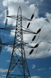 De pyloon en de machtskabels van de elektriciteit stock foto
