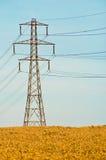 De Pyloon van de elektriciteit op Gebied stock foto