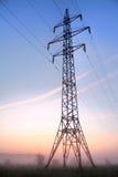 De pyloon van de elektriciteit op hemelachtergrond Stock Afbeeldingen