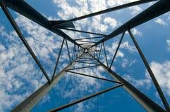 De pyloon van de elektriciteit wordt gezien die van onderaan Royalty-vrije Stock Fotografie
