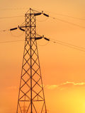 Het net van de macht en elektriciteitsvoorzieningstorens stock afbeelding