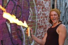 De pyromaan die pret met brandbaar hebben kan royalty-vrije stock foto