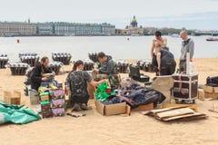 De pyrotechniek bereidt begroetingen op de kust voor Stock Afbeelding