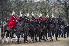 De Queensbadmeesters op horseback binnen de Parade van Paardwachten binnen royalty-vrije stock foto